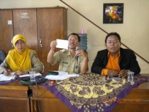 Bayu & Pak Kutut sedang Sosialisasi dana hibah OKP di Disbudparpora Kota Kediri (1)